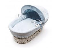 Бяло плетено кошче за бебе със син спален комплект